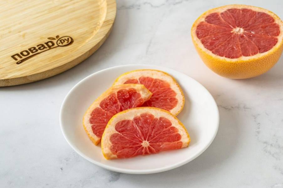 Грейпфрут помойте, нарежьте кружочками.