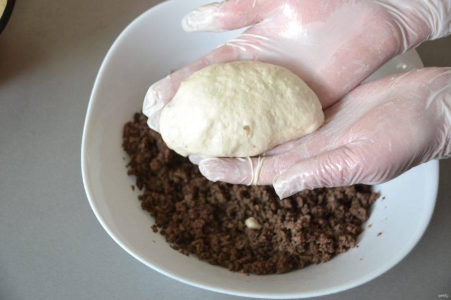 Сформуйте пирожок, в это время на сковороде растительное масло должно быть хорошо разогрето, положите пирожок в разогретое масло и обжаривайте с обеих сторон.