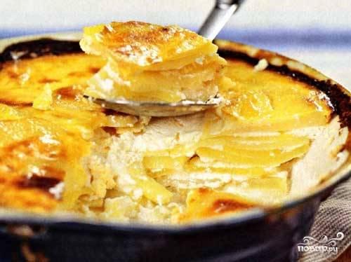 Достать из духовки форму, открыть фольгу. Полить соусом и отправить в духовку еще на 20 минут (температуру уменьшить до 180С, фольгой больше не закрывать). Подавать картофель по-болгарски горячим.  Приятного аппетита!