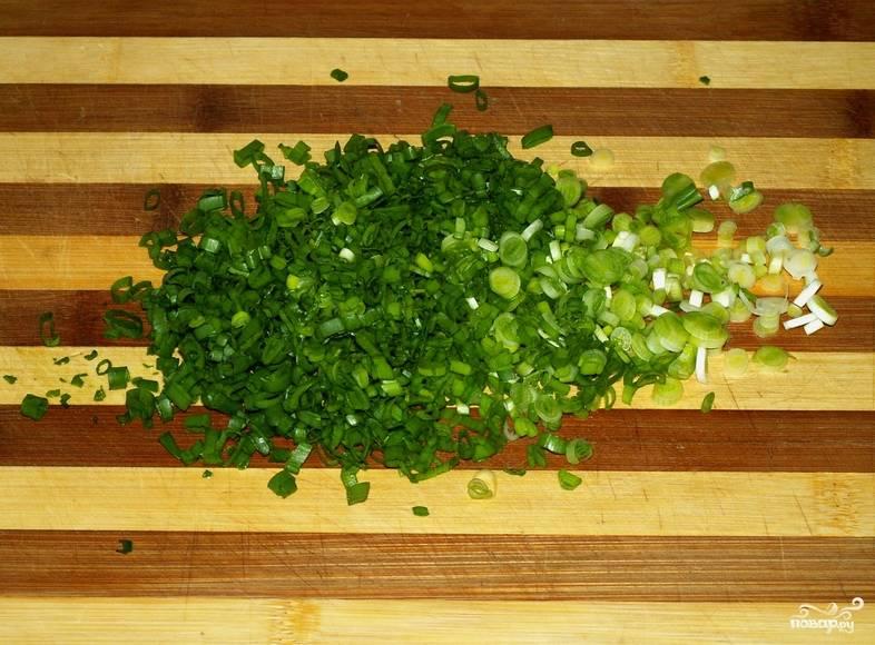 Измельчите зеленый лук.