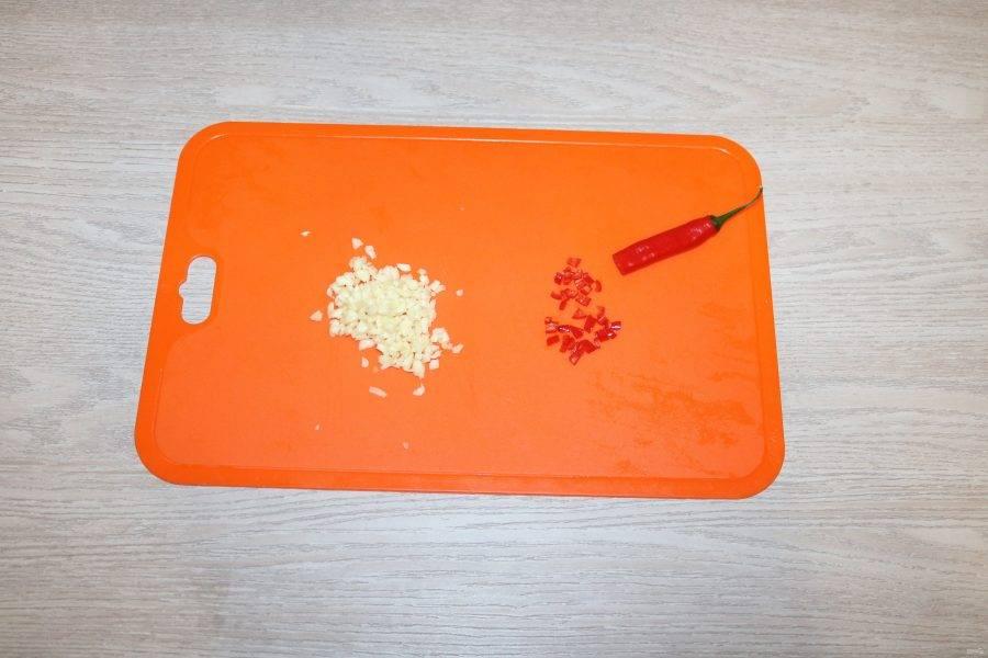Чеснок, красный перец и имбирь мелко порубите.