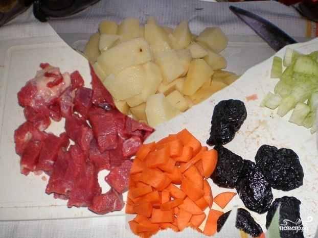 Вымытое мясо нарезаем кусочками среднего размера. Чистим овощи . Нарезаем кубиками примерно такого же размера, как кусочки мяса.