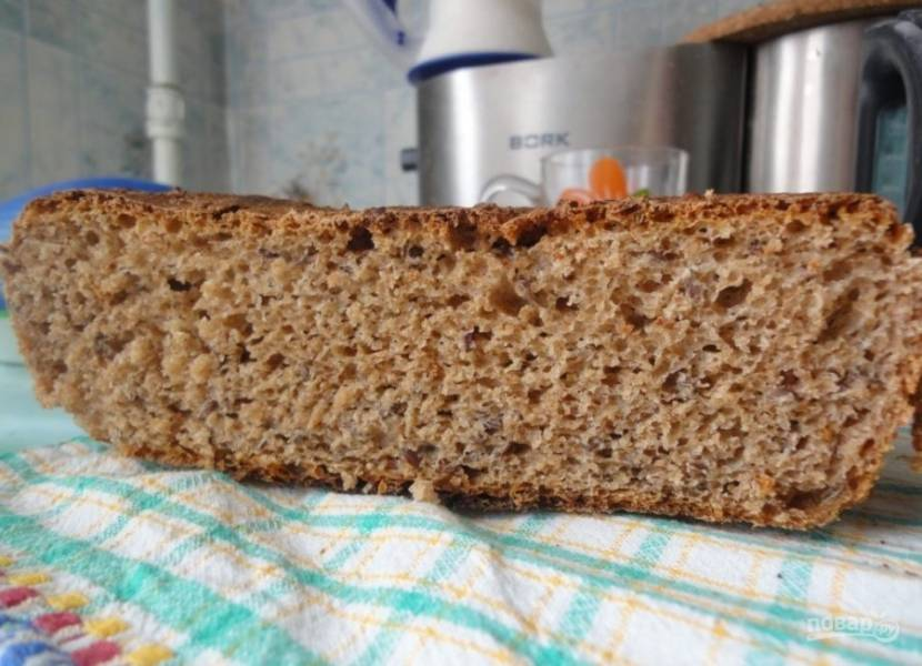 Отправьте запекаться хлеб в духовку при 180-200 градусах на 30-35 минут. Дайте после этого выпечке настояться и остыть. Приятной дегустации.