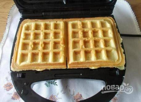 Нагреваем вафельницу, слегка смазываем растительным маслом и выкладываем тесто. Жарим вафли 3-6 минут.