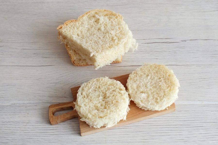 Нарежьте хлеб на ломтики. С помощью стакана вырежьте круглые заготовки.