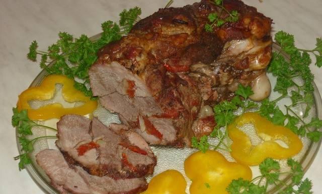 4. Обязательно проткните мясо, проверьте на готовность, и если еще не до конца пропеклось, - снимите верхнюю фольгу, и запекайте до румяной корочки. Приятного аппетита!