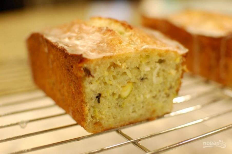 8.Переложите готовый кекс из духовки на решетку для остывания, полейте уже остывший кекс приготовленной глазурью. Подавайте кекс после остывания.
