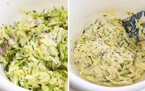 Соедините кабачки с луком в отдельной посудине. Влейте туда полученную яичную смесь и перемешайте.