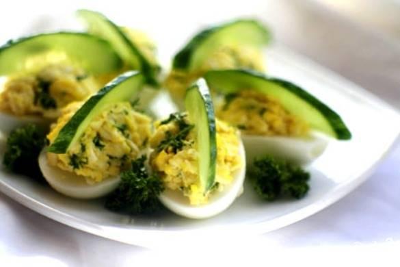 Яйца, фаршированные сыром и чесноком
