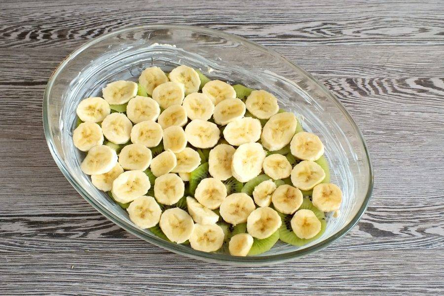 На киви выложите нарезанный банан.