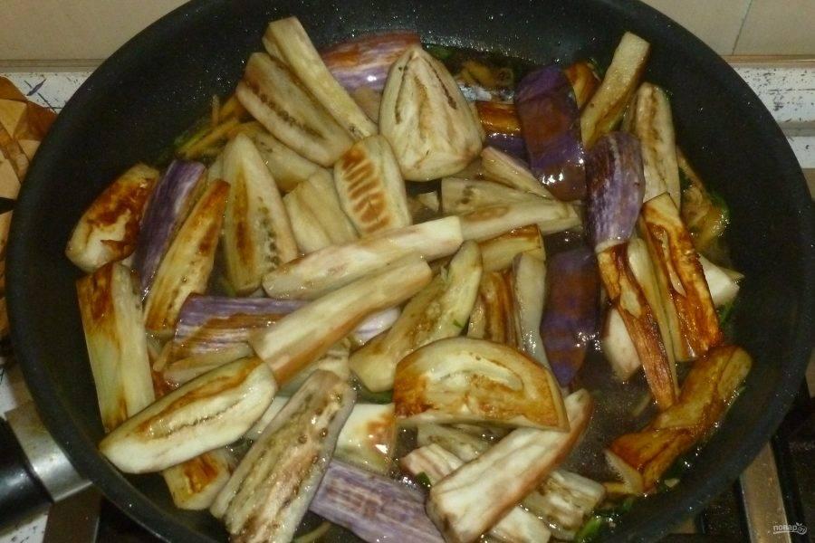 Верните в сковороду баклажаны, тушите под крышкой 15 минут. Добавьте мед, перемешайте.