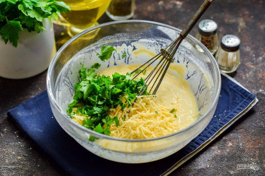 Зелень сполосните и просушите, после нарежьте мелко и добавьте в тесто.