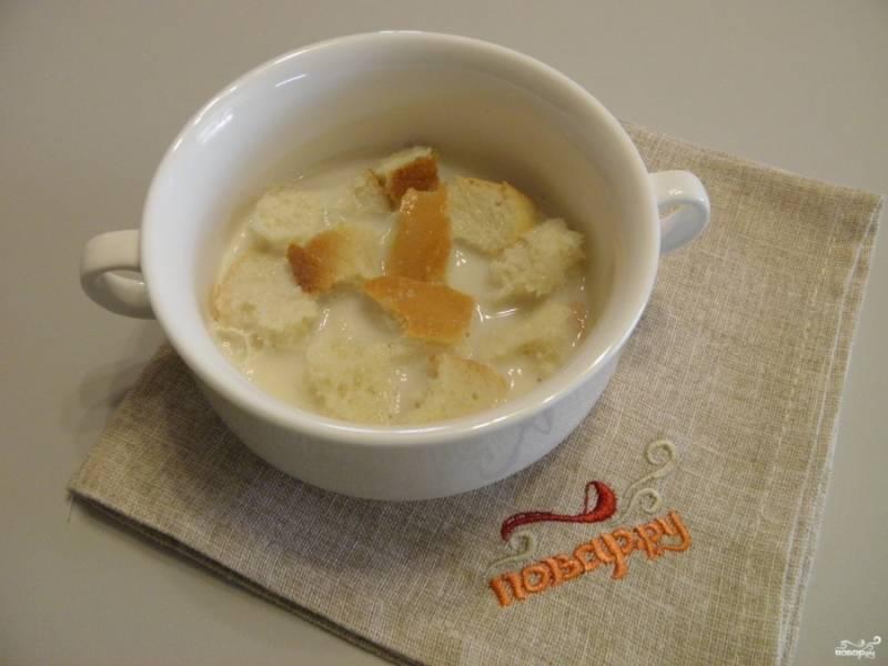 Хлеб поломайте на кусочки и залейте сливками. Оставьте на время, чтобы размок. Жирность сливок на вкус не влияет, лишь повышает калорийность котлет.