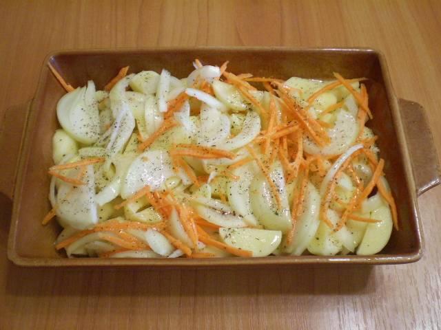 Приготовьте огнеупорную форму. Смажьте её растительным маслом. Выложите овощи произвольно, посолите, добавьте специи.