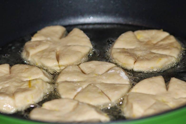В сковороде нужно нагреть растительное масло, выложить пышки и обжаривать до золотистого цвета на умеренном огне.