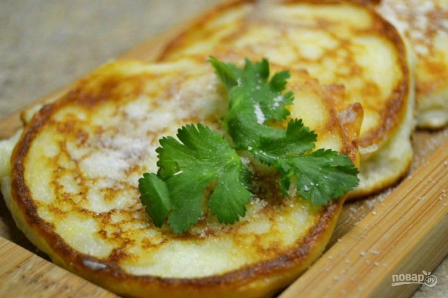 5.Посыпьте приготовленные сырники сахарной пудрой, украсьте по усмотрению и подавайте к столу.