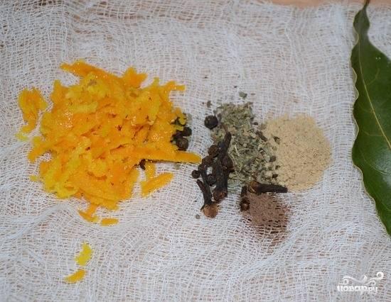 В этом супе огромную роль играют специи и приправы. Чтобы их правильно приготовить, возьмите марлю, черный перчик молотый, сушеный базилик, мускатный орех, измельченный имбирь и гвоздику. К этим ароматным специям добавьте натертую цедру апельсина. Сверните все это в мешочек. Таким образом приправы дадут супу свой неповторимый букет, но останутся в марле.