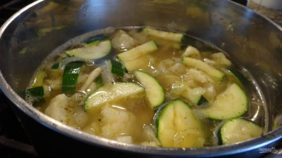 3.Влейте бульон (воду), добавьте специи, доведите смесь до кипения, затем уменьшите огонь и варите около двадцати минут.