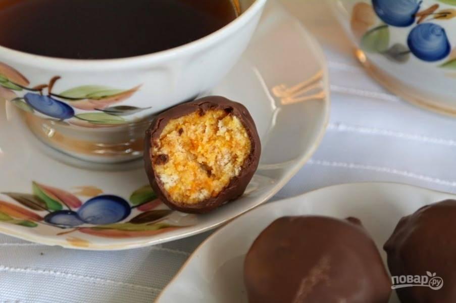 Дайте шоколаду застыть, для этого воткните зубочистку с конфетой в яблоко.