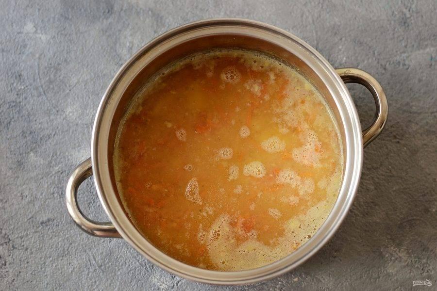 Добавьте в суп зажарку. Варите примерно 5 минут.
