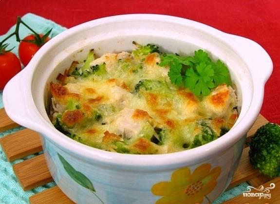 Разложить брокколи с луком по горшочкам, залить соусом и посыпать сыром. Запекать в разогретой до 180С духовке 15-20 минут.  Подавать на стол в горячем виде.