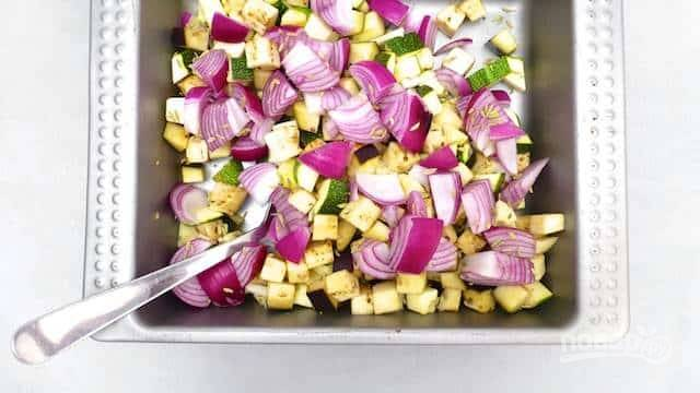 Разогрейте духовку до 180 градусов. Лук и чеснок произвольно нарежьте, положите в форму. Присыпьте все солью и перцем, фенхелем и травами, щедро полейте маслом.