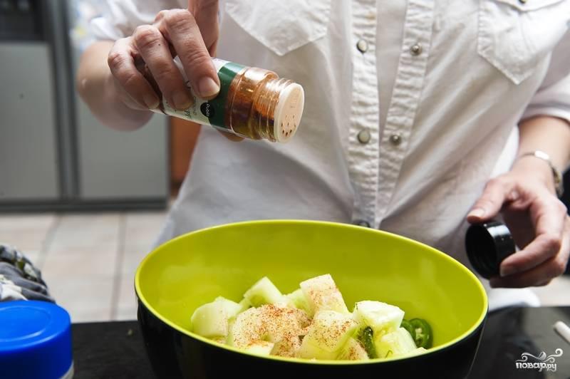 8. Посолите и поперчите салат. Добавьте молотую паприку. Все перемешайте.