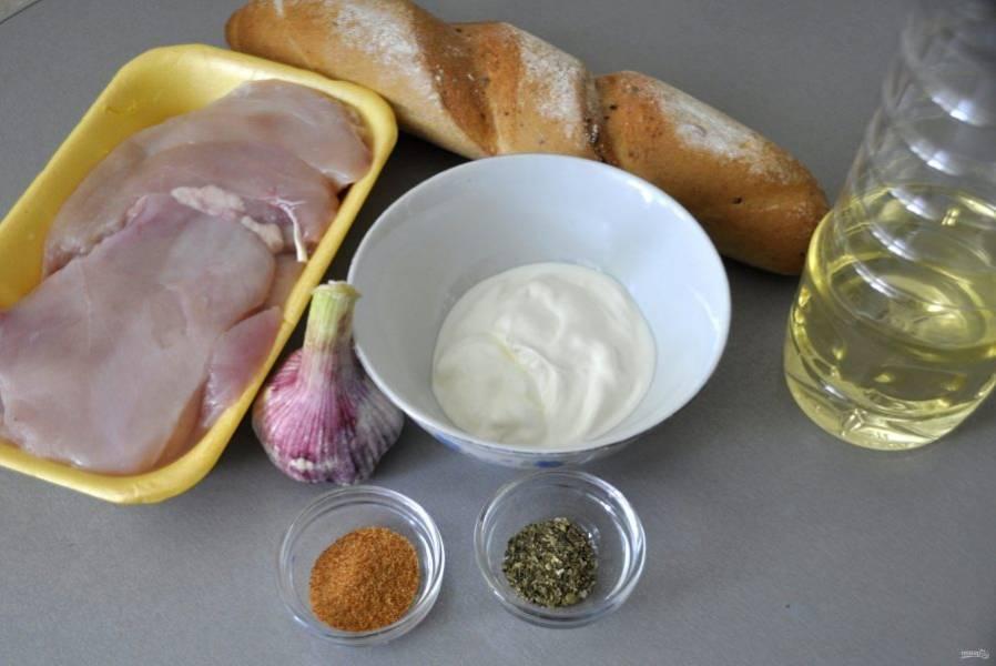 Подготовьте ингредиенты для приготовления курицы на хлебе.