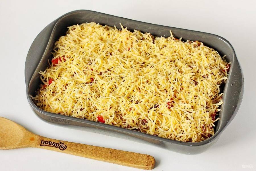 Полейте все сливками и посыпьте тертым сыром. Запекайте в духовке при температуре 180-200 градусов около 20-25 минут.
