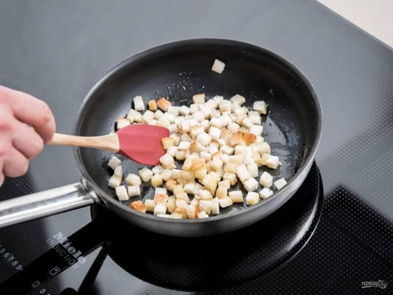 2. Затем обжарьте хлеб до золотистой корочки в ложке оливкового и сливочного масла. В конце добавьте щепотку соли и перца.