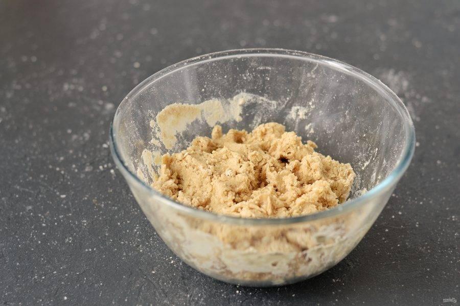 Добавьте воду, льняное семя, ореховую пасту и ванильный сироп. Перемешайте. Тесто должно получиться густым, не липким.