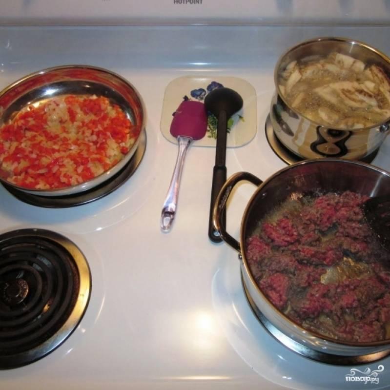 Как видите, готовить мякоть баклажана, фарш и овощи можно одновременно - тогда блюдо вы приготовите очень быстро.