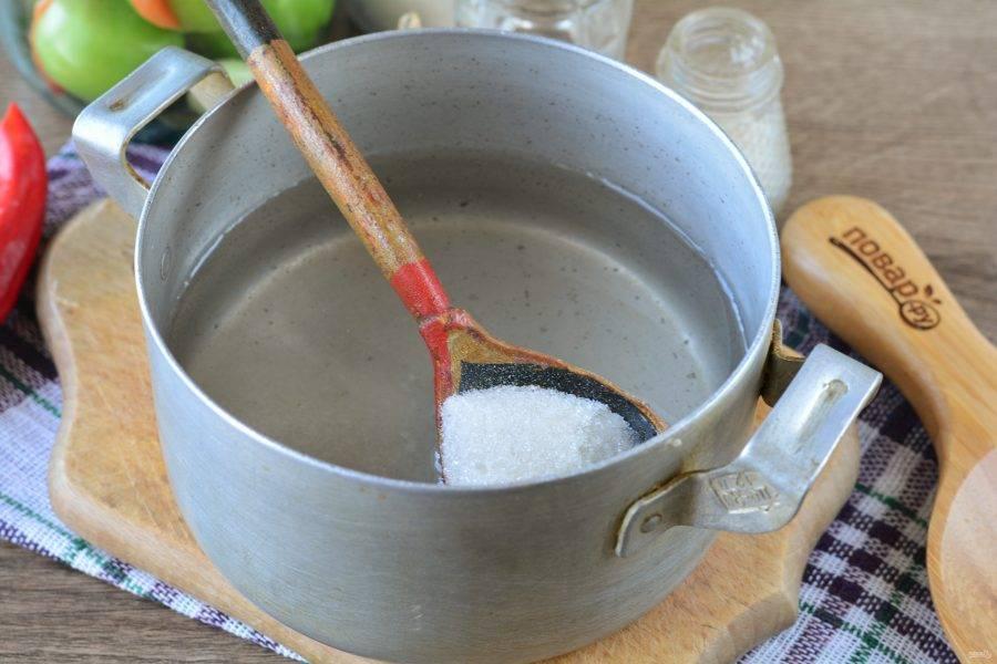 Для маринада вскипятите воду, всыпьте сахар, соль. Размешайте, влейте уксус и снимите с огня.