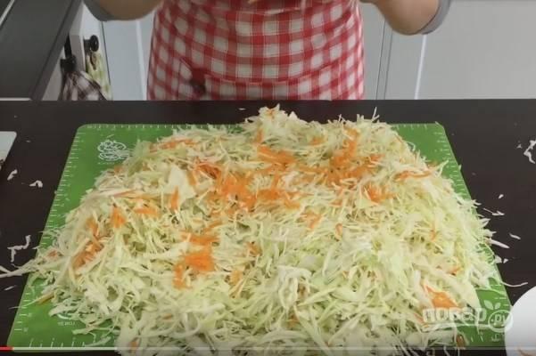 3. Морковь натрите на крупной терке. По рецепту ее нужно немного, но любители могут добавить больше.