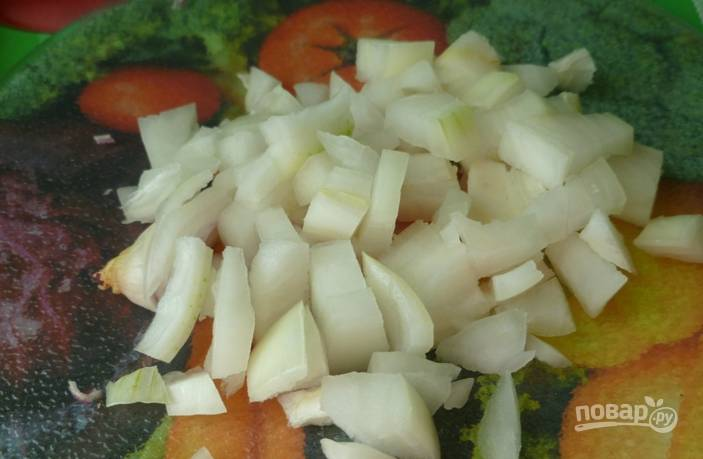 Измельчаем репчатый лук, я нарезаю довольно крупно, но вы можете выбрать свой любимый способ нарезки этого овоща.