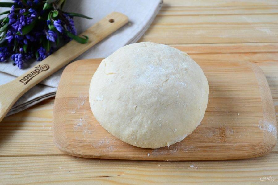 Всыпьте просеянную муку и замесите мягкое тесто. Не переборщите с мукой, чтобы тесто не стало слишком плотным. Оно должно слегка липнуть к рукам. Готовое тесто накройте пищевой пленкой и отправьте в холодильник на 1 час.