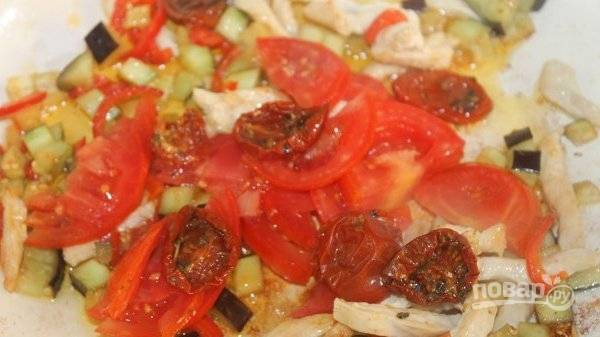 Затем добавьте вяленые помидоры и 50 граммов свежих. Перемешайте и продолжайте жарить.