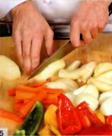 Картофель, лук и морковь крупно порезать. Нарезать перец на четвертинки, сердцевину удалить. Нагреть в сковороде, где обжаривались куски кролика, оставшееся растительное масло. Обжарить картофель, 15 мин. Вкинуть морковь, перец и лук. Готовить еще 3 мин.