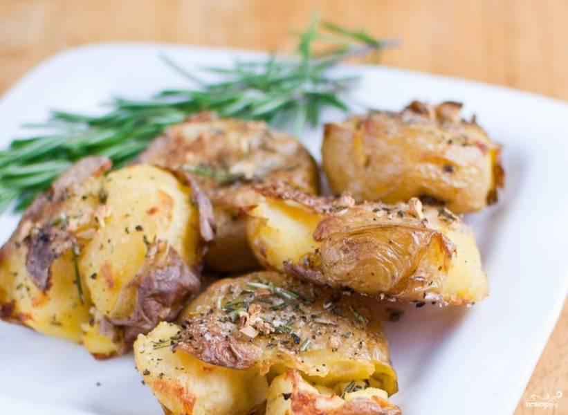 Картофель, запеченный с розмарином в духовке
