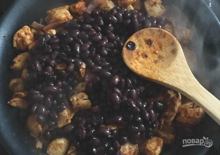 3.К уже готовой курице на сковороду выложите фасоль, перемешайте и готовьте еще 1-2 минуты.