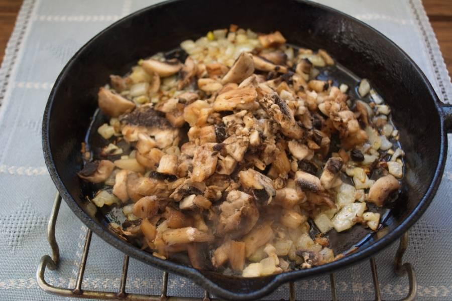 Замороженные грибы кладем в пакет. Берем молоточек для мяса и хорошенько пройдитесь по грибочкам молоточком. Грибы раскрошатся внутри пакета. Теперь выложите их на сковороду. У нас получится не совсем нарезка, но и не каша. Кусочки грибов будут разного размера, но в конечном итоге соус будет густым и вкусным.