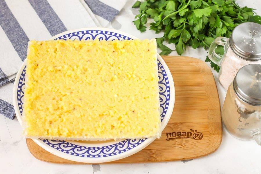Первый вафельный корж обмажьте картофельной массой, стараясь распределить ее равномерно. Накройте вторым коржом.