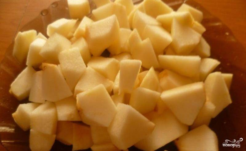 Очистите яблоки от кожуры. Нарежьте их мелкими кубиками.