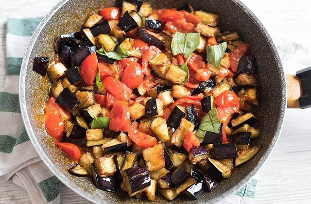 5.В сковороду с помидорами добавьте обжаренные баклажаны, слегка перемешайте и обжаривайте вместе 1 минуту.