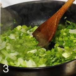 В это время приготовить начинку. Зеленый лук промыть и измельчить. В сковороде разогреть 0.5 ст. л. растительного масла и обжарить лук, 2-3 мин., переложить в миску.