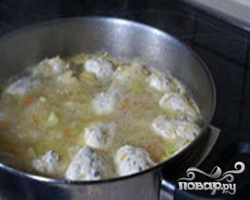 5.В суп опускаем сформированные клецки и до готовности варим. Готовые клецки должны всплыть. Готовый суп разливаем по тарелкам.