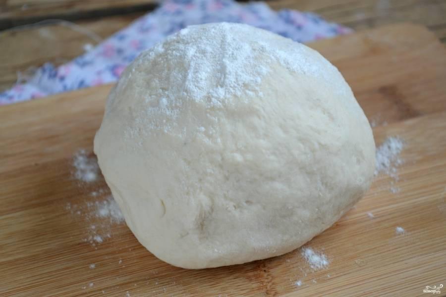 Замесите сначала вилкой, а затем выложите на рабочую поверхность и вымешивайте тесто руками. По необходимости добавьте еще немного муки. Тесто долно получиться достаточно тугим и плотным. Идеальное бездрожжевое тесто для пиццы готово.