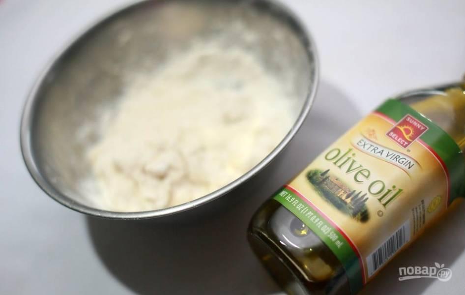 На тесто сверху нанесите 1 чайную ложку масла.