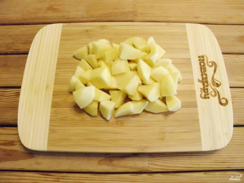 Картофель очистите и нарежьте небольшими кубиками.