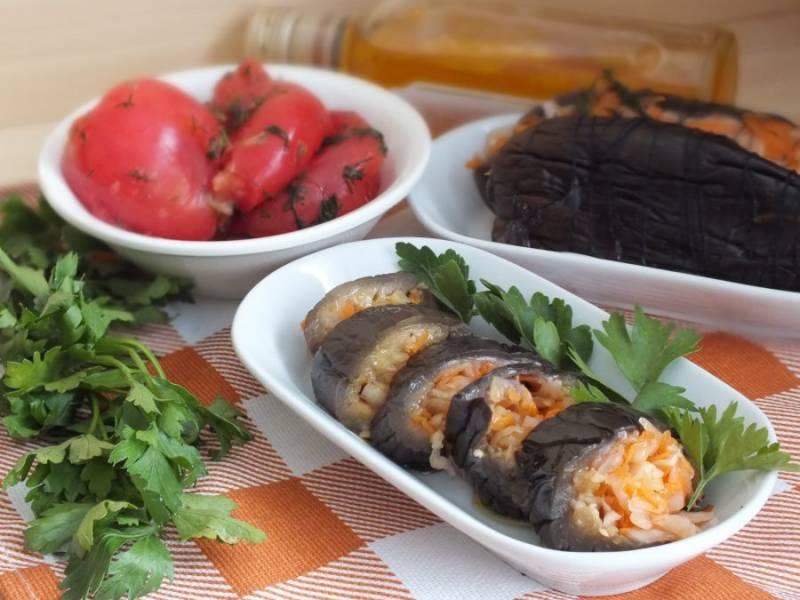Нарежьте баклажаны кусочками, полейте ароматным маслом. Приятного аппетита!